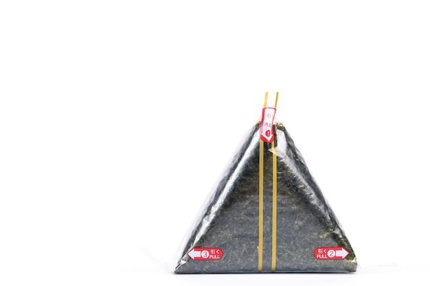 Przenośna Onigiri To Japońska Kulka Ryżowa Owinięta Wodorostami W Szczelnym Plastiku Premium Zdjęcia