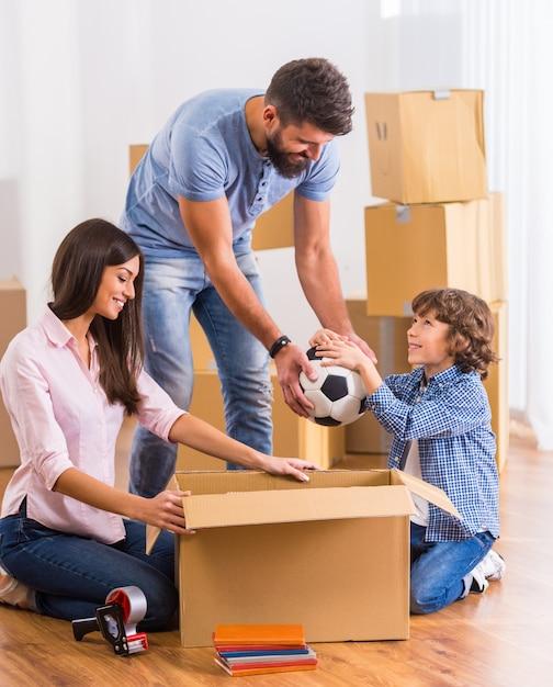 Przenoszenie rodziny do nowego mieszkania z pudełkami. Premium Zdjęcia