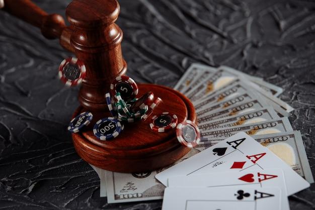 Przepisy Prawne Dotyczące Koncepcji Hazardu Online. Drewniany Młotek I Karty Do Gry Na Szarym Tle. Premium Zdjęcia