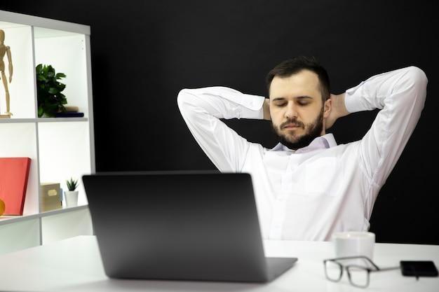 Przepracowany Biznesmen Z Zamkniętymi Oczami I Rękami Na Głowie Zmęczony Pracą Premium Zdjęcia