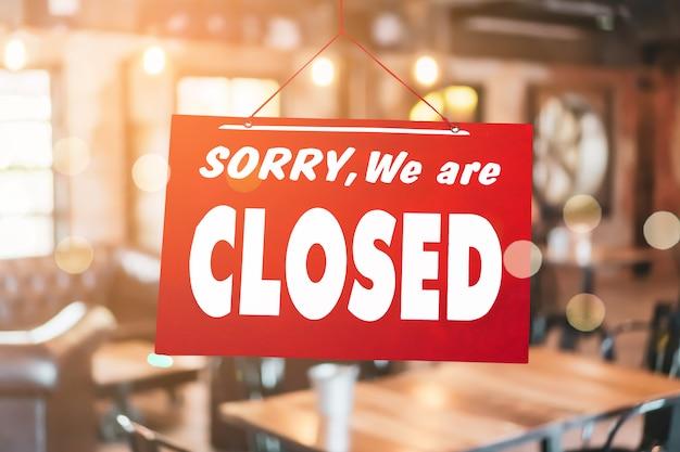 Przepraszamy, Jesteśmy Zamknięci Znak Powiesić Na Drzwiach Sklepu Biznesowego. Premium Zdjęcia