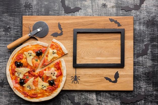 Przerażająca pizza halloweenowa z nożem i ramą Darmowe Zdjęcia