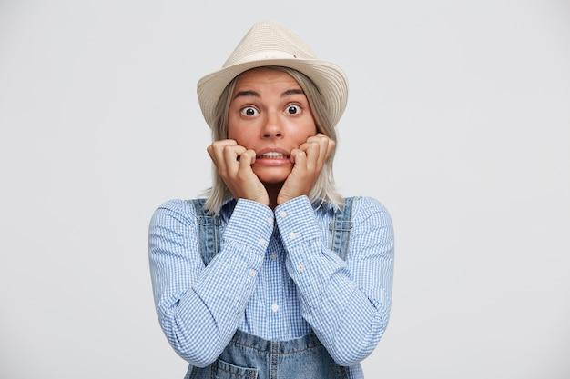 Przerażona I Zszokowana Blondynka Z Szeroko Otwartymi Oczami Trzyma Ręce W Pobliżu Twarzy Darmowe Zdjęcia
