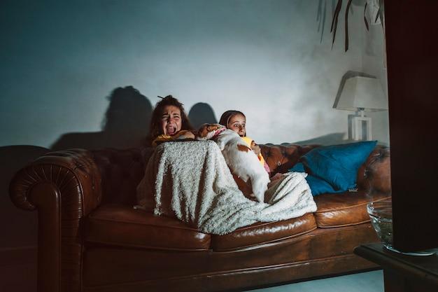 Przerażone dzieci oglądają film Darmowe Zdjęcia