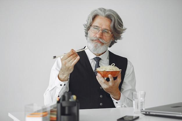 Przerwa Na Lunch. Elegancki Mężczyzna W Biurze. Biznesmen W Białej Koszuli. Mężczyzna Je Makaron. Darmowe Zdjęcia