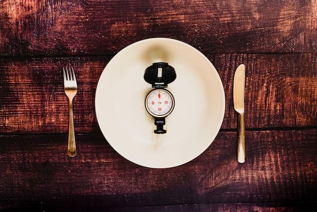 Przerywana dieta na czczo, aby schudnąć z pustym talerzem. Premium Zdjęcia
