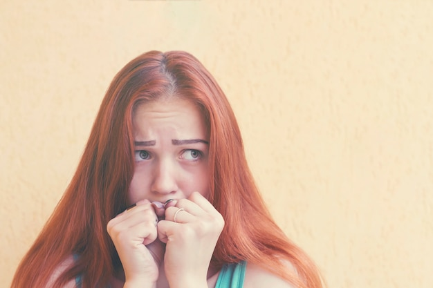 Przestraszona rudowłosa kobieta Premium Zdjęcia