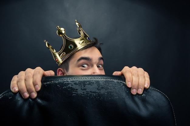 Przestraszony Mężczyzna Z Koroną Premium Zdjęcia