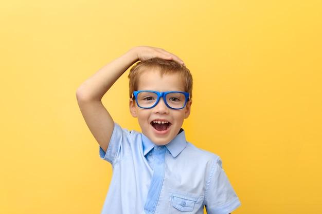 Przestraszony, Szczęśliwy Chłopiec W Koszuli I Okularach Przycisnął Głowę Do żółtej ściany Premium Zdjęcia