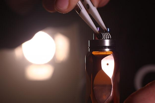 Przetestuj wypalanie nowych podwójnych cewek na podstawie pokładu atomizera w papierosie elektronicznym w celu ujęcia z bliska, sceny z bliska Premium Zdjęcia