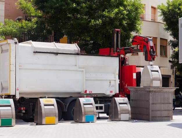 Przetwarzający Ciężarówkę Podnosi Kosz Przy Miastem Darmowe Zdjęcia