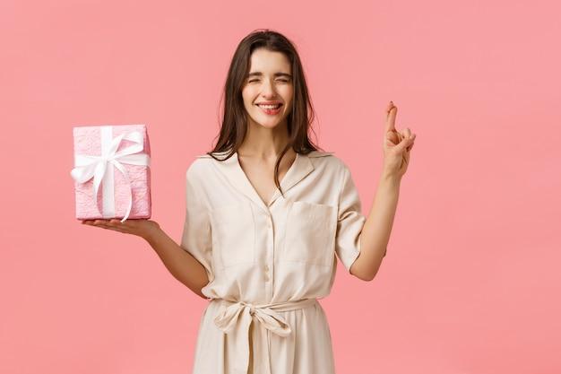 Przewidywanie, świętowanie I Przedstawienie Koncepcji. Urocza śliczna Dziewczyna W śliczną Sukienkę Z życzeniami Premium Zdjęcia