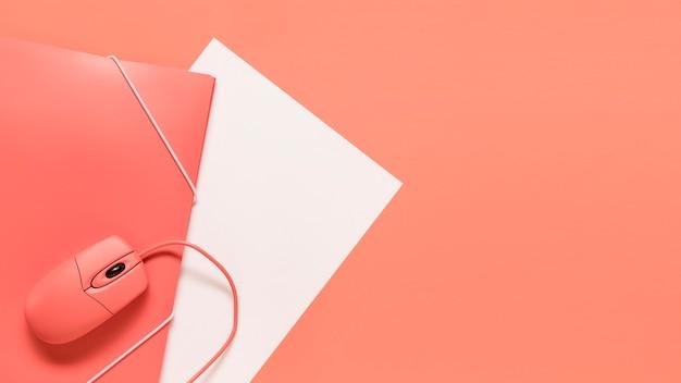Przewodowy papier myszy i pomarańczowy folder z elastycznym zamknięciem Darmowe Zdjęcia