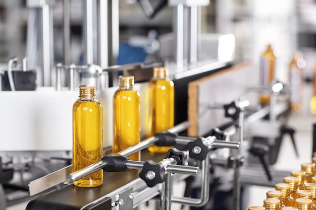 Przezroczyste Plastikowe Butelki Wypełnione żółtą Substancją Darmowe Zdjęcia