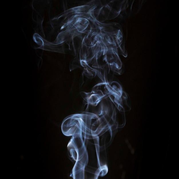 Przezroczysty Biały Wir Dymu Na Czarnym Tle Ciemności Darmowe Zdjęcia