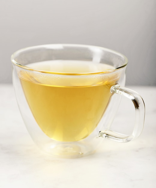 Przezroczysty Szklany Kubek Termos Z Zieloną Herbatą Premium Zdjęcia