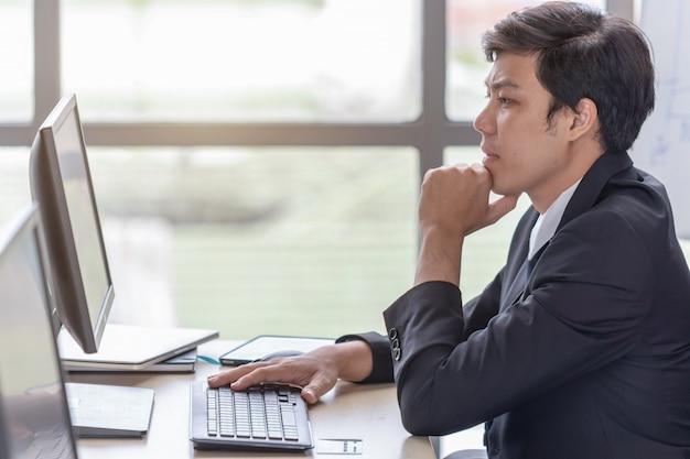 Przy Biurku Młodzi Biznesmeni Są Zestresowani Premium Zdjęcia