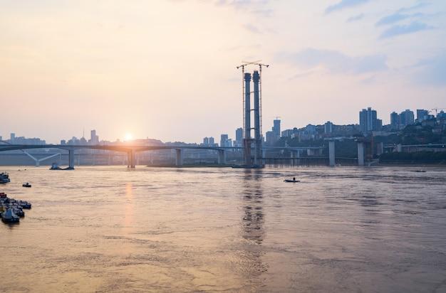 Przy zmierzchem jangcy most w budowie w chongqing, chiny Premium Zdjęcia