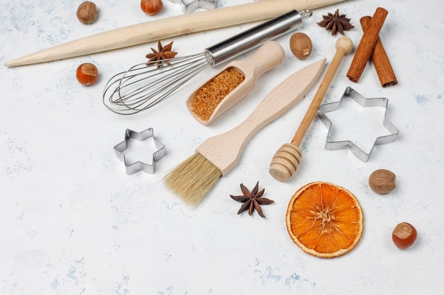 Przybory Kuchenne Do Pieczenia Z Przyprawami Do Ciastek I Foremek Do Ciastek Na Lekkiej Powierzchni Darmowe Zdjęcia