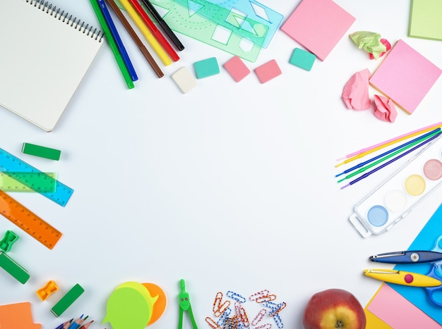 Przybory szkolne: kolorowe drewniane ołówki, naklejki papierowe, spinacze, temperówka Premium Zdjęcia