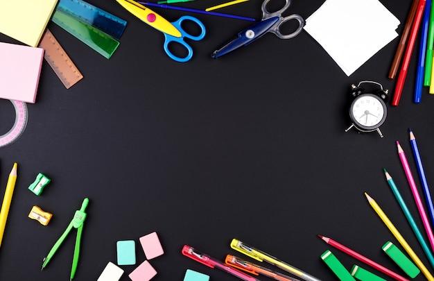 Przybory szkolne: kolorowe drewniane ołówki, notatnik, naklejki papierowe, spinacze, temperówka Premium Zdjęcia