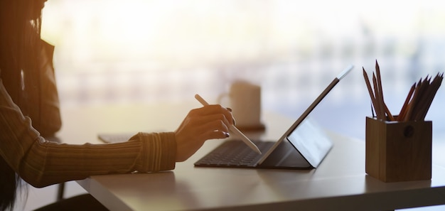 Przycięte Ujęcie Młodej Projektantki Opracowującej Swój Projekt Za Pomocą Cyfrowego Tabletu W Nowoczesnym Biurze Premium Zdjęcia