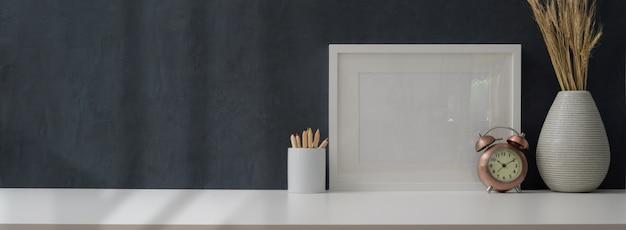 Przycięte Ujęcie Nowoczesnego Miejsca Pracy Z Makietą Ramy I Materiałów Biurowych Premium Zdjęcia