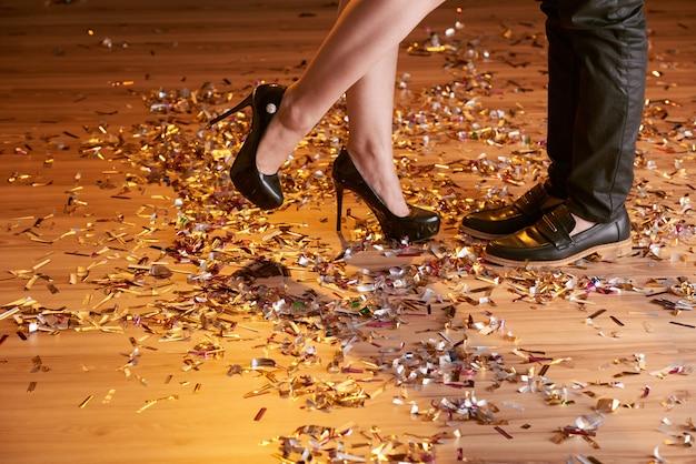 Przycięte ujęcie stóp kobiet i mężczyzn na imprezie Darmowe Zdjęcia