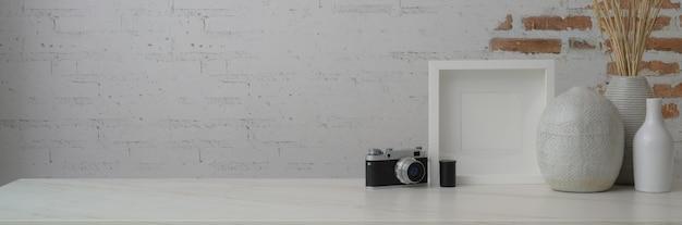 Przycięte Ujęcie Współczesnego Obszaru Roboczego Z Ramą, Ceramicznymi Wazami, Kamerą I Przestrzenią Do Kopiowania Premium Zdjęcia