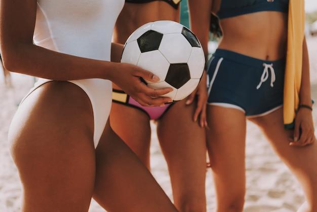 Przycięte Wielorasowe Piłki Plażowe Dla Kobiet. Premium Zdjęcia