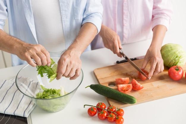 Przycięte Zdjęcie Dojrzałej Miłości Rodzinnej Pary Gotowania. Darmowe Zdjęcia