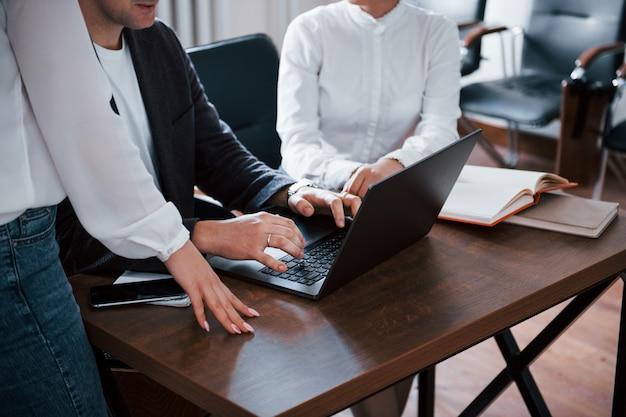 Przycięte Zdjęcie. Ludzie Biznesu I Menedżer Pracujący Nad Nowym Projektem W Klasie Darmowe Zdjęcia