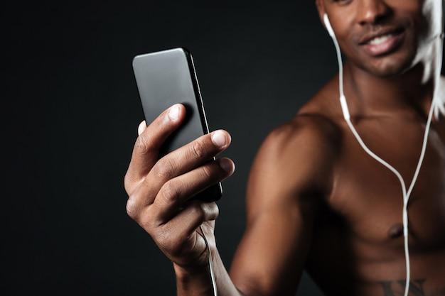 Przycięte Zdjęcie Przystojnego Afroamerykańskiego Mężczyzny Na Czacie Podczas Słuchania Muzyki Darmowe Zdjęcia