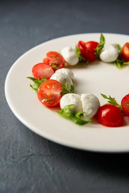 Przycięte Zdjęcie Sałatki Caprese Podawane W Restauracji, Pyszny Posiłek Dietetyczny Darmowe Zdjęcia