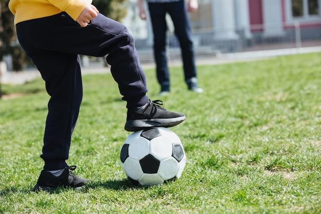 Przycięty Obraz Małego Chłopca Z Gry W Piłkę Nożną Darmowe Zdjęcia