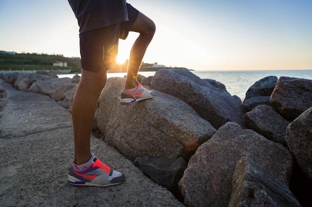 Przycięty Obraz Młodego Sportowca Nogi W Trampki Darmowe Zdjęcia