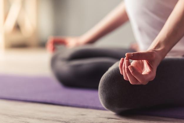 Przycięty Obraz Pięknej Kobiety W Ciąży Medytacji. Premium Zdjęcia