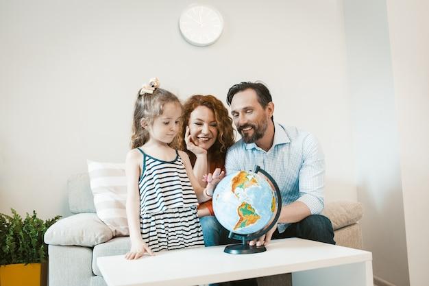 Przygoda, Mama, Tata I Córka Studiują Glob. Premium Zdjęcia