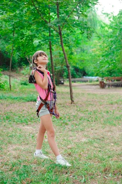 Przygoda wspinaczka parku high wire - wędrówki w parku linowym dziewczyna Premium Zdjęcia