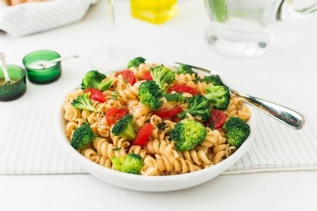 Przygotowane danie z fusilli z pomidorami i brokułami Darmowe Zdjęcia