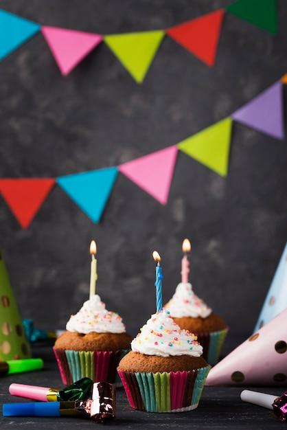 Przygotowania Z Muffins I świeczkami Na Drewnianym Tle Darmowe Zdjęcia