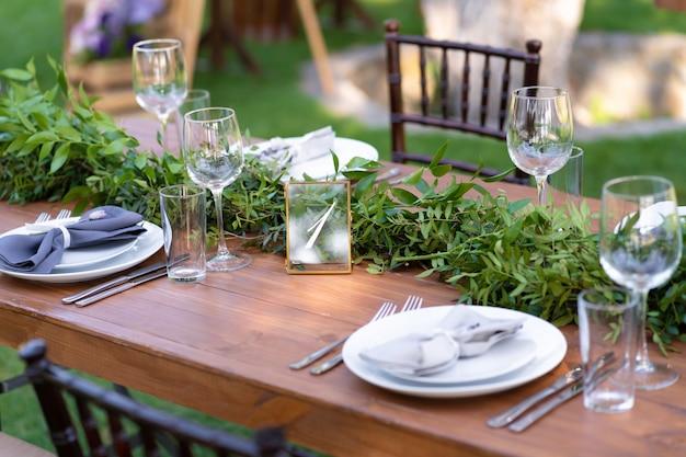 Przygotowanie Do Imprezy Na świeżym Powietrzu. Ozdobione Stołami Ze świeżych Kwiatów. Numer Tabeli Szczegóły Dekoracji Premium Zdjęcia