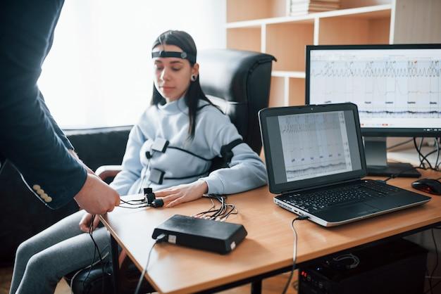 Przygotowanie, Zakładanie Elektrod Na Palce. Dziewczyna Mija Wykrywacz Kłamstw W Biurze. Zadawać Pytania. Test Wariografem Darmowe Zdjęcia