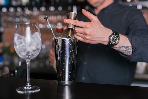 Przygotowywanie Orzeźwiającego Koktajlu W Barze Darmowe Zdjęcia