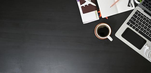Przygotuj akcesoria podróżnicze, widok z góry na czarny stół z miejsca kopiowania. Premium Zdjęcia