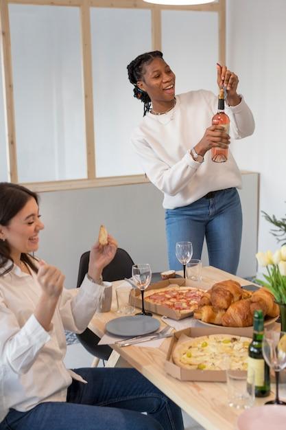 Przyjaciele Jedzą I Piją Piwo Darmowe Zdjęcia