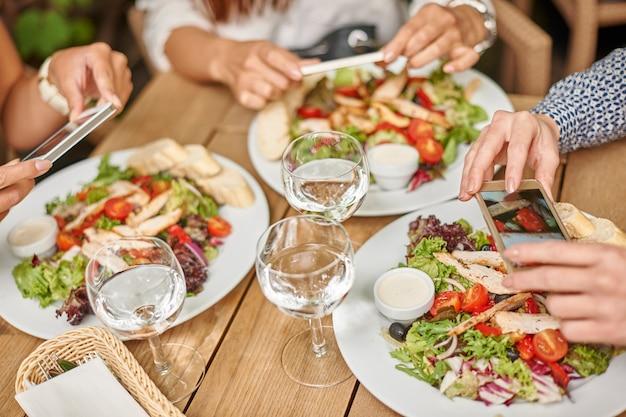 Przyjaciele Jedzą Obiad W Restauracji Darmowe Zdjęcia