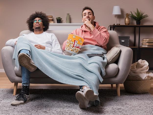 Przyjaciele Jedzący Popcorn I Oglądający Film Darmowe Zdjęcia