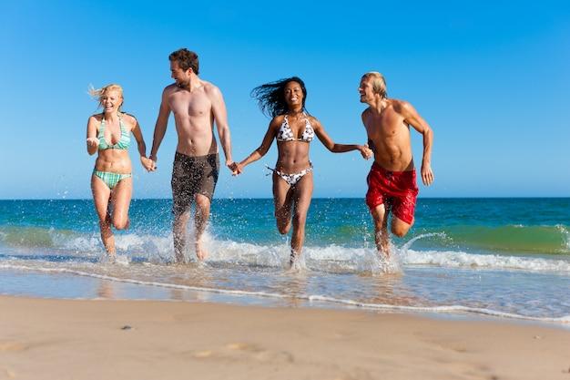 Przyjaciele na wakacje na plaży Premium Zdjęcia