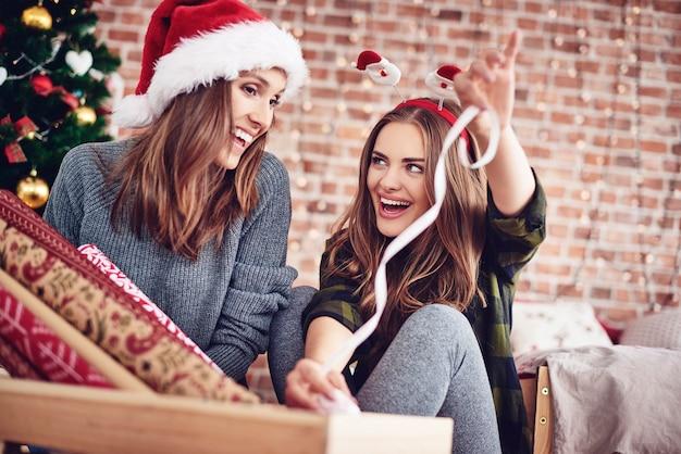 Przyjaciele Pakują świąteczny Prezent Darmowe Zdjęcia